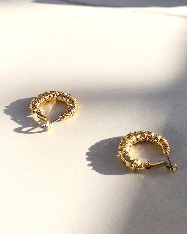 gold ring earring